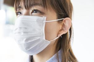 マスク姿の女性の写真素材 [FYI04842765]