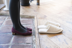 靴を脱ぐの写真素材 [FYI04842769]