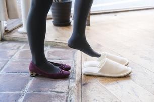 靴を脱ぐの写真素材 [FYI04842770]