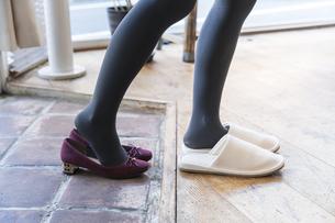 靴を脱ぐの写真素材 [FYI04842771]