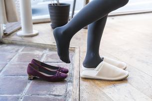 靴を脱ぐの写真素材 [FYI04842772]