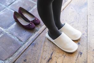 靴を脱ぐの写真素材 [FYI04842773]