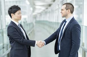 握手するビジネスパーソンの写真素材 [FYI04842780]