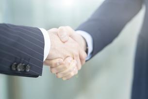 握手するビジネスパーソンの写真素材 [FYI04842782]
