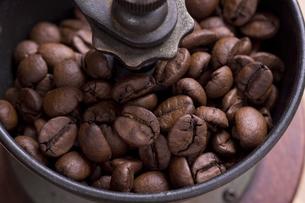 コーヒーミルのコーヒー豆の写真素材 [FYI04842826]