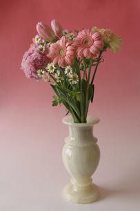花瓶に活けた様々な花のブーケの写真素材 [FYI04842881]