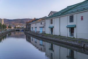 早朝の小樽運河の写真素材 [FYI04842883]