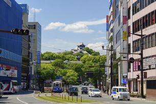 熊本城「熊本市繁華街・電車通り・水道町・街並みから観た、うららかな春 熊本城風景」の写真素材 [FYI04843054]