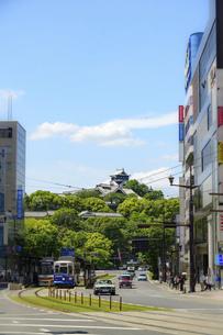 熊本城「熊本市繁華街・電車通り・水道町・街並みから観た、うららかな春 熊本城風景」の写真素材 [FYI04843057]