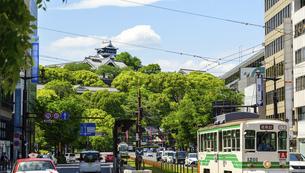 熊本城「熊本市繁華街・電車通り・水道町・街並みから観た、うららかな春 熊本城風景」の写真素材 [FYI04843058]