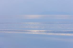 穏やかな朝の湖面の写真素材 [FYI04843238]