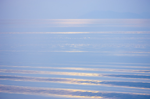 穏やかな朝の湖面の写真素材 [FYI04843239]