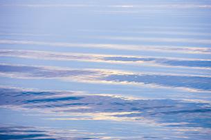 穏やかな朝の湖面の写真素材 [FYI04843240]