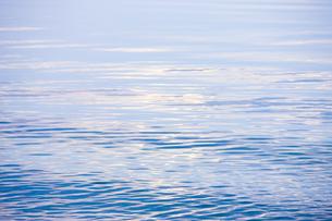 穏やかな朝の湖面の写真素材 [FYI04843241]