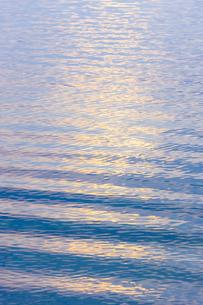 穏やかな朝の湖面の写真素材 [FYI04843243]