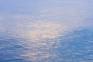 穏やかな朝の湖面の写真素材 [FYI04843244]