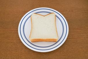 お皿に乗った食パンの写真素材 [FYI04843246]