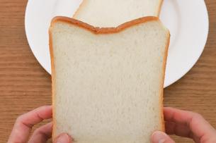 手で持った食パンの写真素材 [FYI04843248]