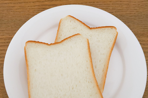 お皿に乗った食パンの写真素材 [FYI04843249]