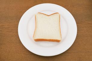 お皿に乗った食パンの写真素材 [FYI04843250]