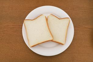 お皿に乗った食パンの写真素材 [FYI04843251]