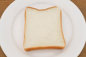 お皿に乗った食パンの写真素材 [FYI04843252]