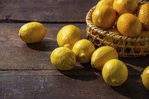 Lemons on wooden background. Flesh lemons on wooden text space.の写真素材 [FYI04843279]