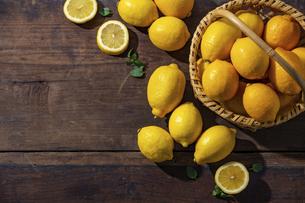Lemons on wooden background. Flesh lemons on wooden text space.の写真素材 [FYI04843283]