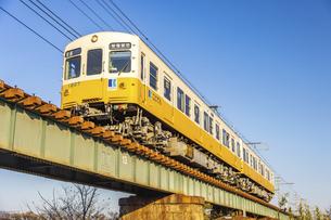 香東川橋梁を渡る、ことでん1200形電車の写真素材 [FYI04843289]