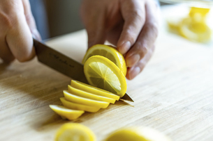 Man cutting lemons in kitchen.の写真素材 [FYI04843331]