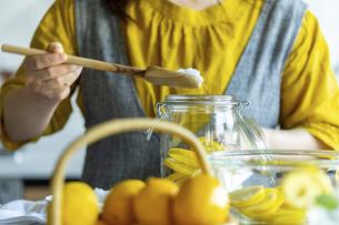 Woman making lemonade in kitchen.の写真素材 [FYI04843341]