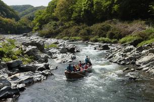 新緑の渓谷でラフティングの写真素材 [FYI04843345]