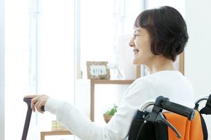 車椅子に乗るシニア女性の写真素材 [FYI04843450]