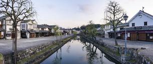 春の朝、静かな倉敷美観地区の街並み(前神橋からパノラマ)の写真素材 [FYI04843712]