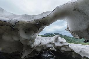 残雪のスノーブリッジと鳥海山の写真素材 [FYI04843790]