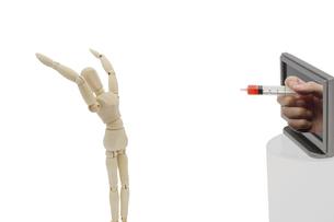 TVから飛び出すワクチンに驚くデッサン人形の写真素材 [FYI04843859]