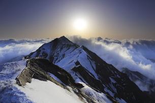 鳥取県の伯耆大山の雲海と日の出の写真素材 [FYI04843967]