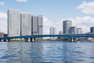 快晴の東京湾岸エリアの景観の写真素材 [FYI04844257]