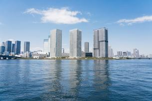 快晴の東京湾岸エリアの景観の写真素材 [FYI04844296]