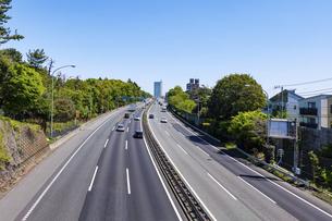 都心に向かって伸びる東名高速道路(上り方向、東京IC、東名起点付近)の写真素材 [FYI04844480]