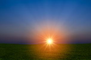 草原と朝日の写真素材 [FYI04844506]