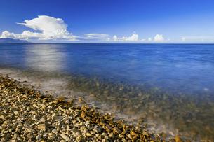 【夏】入道雲が浮かんでいる海の自然風景の写真素材 [FYI04844510]