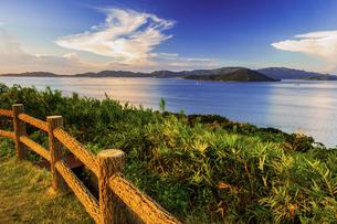 【夏】入道雲が浮かんでいる海の自然風景の写真素材 [FYI04844543]