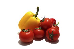 白背景のパプリカとトマトの写真素材 [FYI04844595]