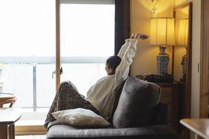 リビングでストレッチをする日本人女性の写真素材 [FYI04844703]