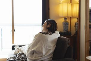 リビングでくつろぐ日本人女性の写真素材 [FYI04844707]