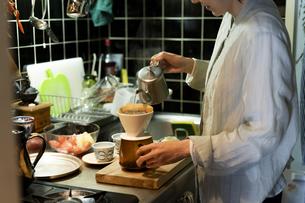 コーヒーを淹れる女性の写真素材 [FYI04844710]