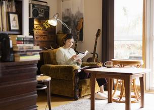リビングで読書する日本人女性の写真素材 [FYI04844715]