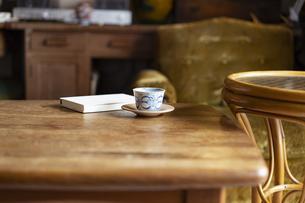 テーブルの上の本とお茶の写真素材 [FYI04844717]