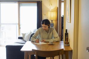 手紙を書く日本人女性の写真素材 [FYI04844719]